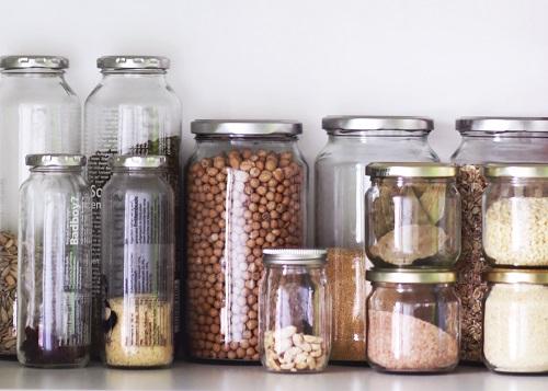 Pots en verre remplis de céréales et légumineuses