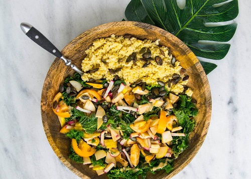 Semoule au curry, chou kale, tranches de tomates, radis et graines de courge